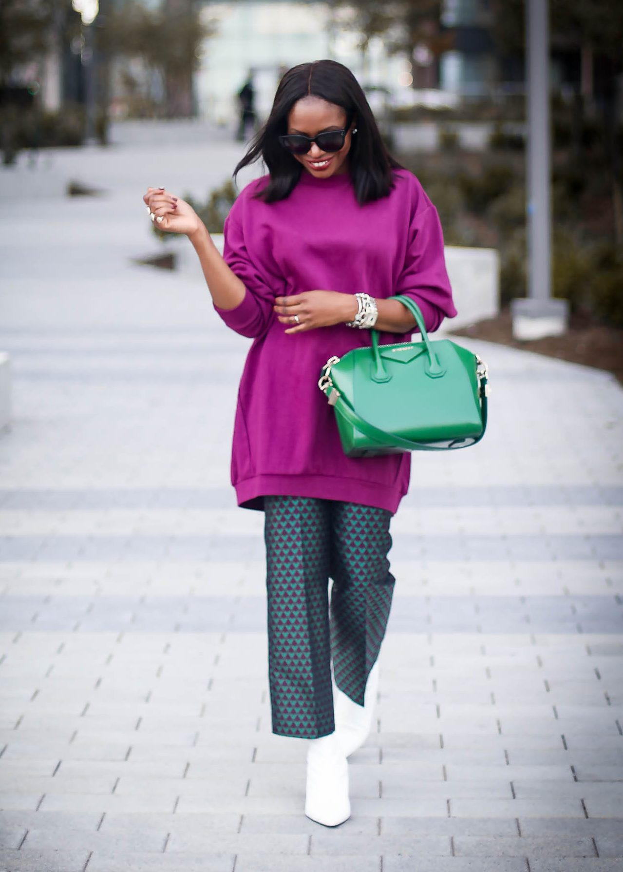 HOW TO LOOK CHIC IN AN OVERSIZED SWEATER