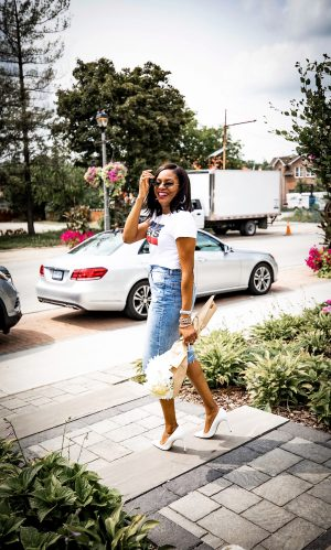 Atlanta Fashion and lifestyle blogger Monica Awe-Etuk creates 90's inspired outfit featuring a Levis logo t-shirt and denim skirt