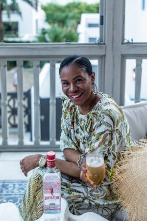 atlanta blogger sitting by the beach drinking cocktail made with beefeater gin
